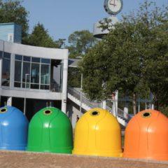 12 contenedores forman un arcoíris con motivo del Orgullo