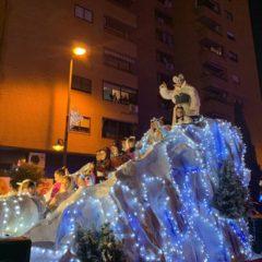 Los Reyes Magos desfilaron por las calles leganenses acompañados de más de 100.000 vecinos y vecinas