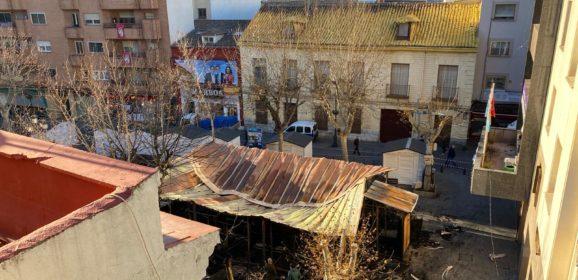 Gran incendio en la Plaza de España acaba con el Belén y daña comercios colindantes