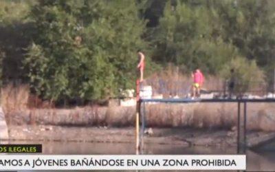 Un grupo de jóvenes se bañan ilegalmente en una balsa de Leganés con potentes bombas de succión