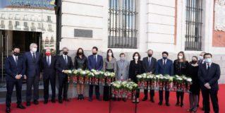 Madrid homenajea a las víctimas del COVID-19 fallecidas en soledad con una placa conmemorativa en la Fachada de la Real Casa de Correos
