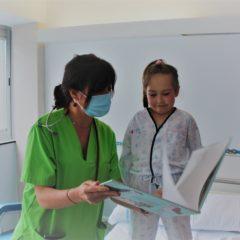El Club de Bádminton entregó al Servicio de Pediatría del Hospital Universitario de Fuenlabrada libros y material educativo