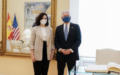 Díaz Ayuso se reúne con el encargado de negocios de EE. UU. en España para fomentar acuerdos comerciales e institucionales