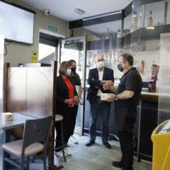 Reparten en Móstoles los primeros test de antígenos subvencionados por el Ayuntamiento para ayudar a las empresas locales